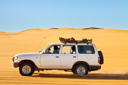 desierto del sahara: Sahara Desert Safari - Off-road del veh�culo motriz en el mar de arena de Awbari, Libia