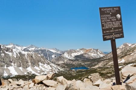 john muir wilderness: Entrando en Kings Canyon National Park en el paso de Kearsarge. Sierra Nevada, California, EE.UU..