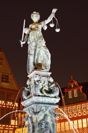 orden judicial: Estatua de la Se�ora Justicia (Justitia) por la noche en Frankfurt, Alemania