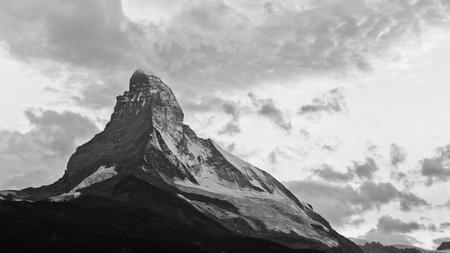 swiss alps: Matterhorn o zmroku. Słońce wystarczy ustawić za najbardziej kultowego górach Szwajcarii.