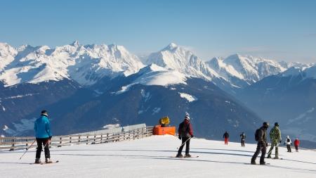 skipiste: Skifahrer auf einem Ski in den Dolomiten, S�dtirol laufen, an einem sch�nen Wintertag.