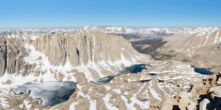 john muir wilderness: Sierra Nevada Paisaje - Simbiosis de granito, nieve y agua. Gran Vista desde el Monte Whitney.