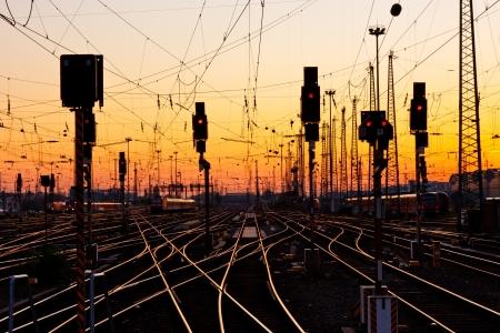 日没時の主要な鉄道駅での鉄道トラック。