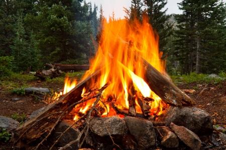 ロッキー山脈、コロラド州の荒野のキャンプ場でキャンプファイヤー 写真素材