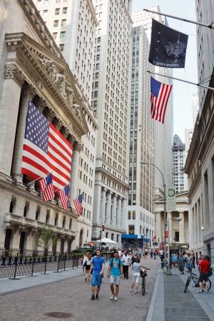 new york stock exchange: NEW YORK - 3 settembre: Pepple passeggiata di fronte alla Borsa di New York a Wall Street il 3 settembre 2011 a New York. Il NYSE � una delle pi� importanti borse mondiali.