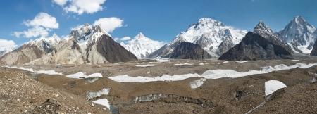 K2 とコンコルディア、パキスタンのカラコルム ピーク パノラマ。K2、ブロード ピーク、ガッシャブルム IV バルトロ氷河上に高くそびえます。 写真素材