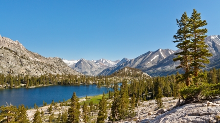 sierra nevada mountains: Pristine Mountain Lake in the Sierra Nevada, California, USA