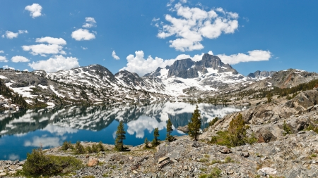 pct: Stunning Alpine Lake Scenery. Banner Peak towering above Garnet Lake in the Ansel Adams Wilderness, Sierra Nevada, California, USA.