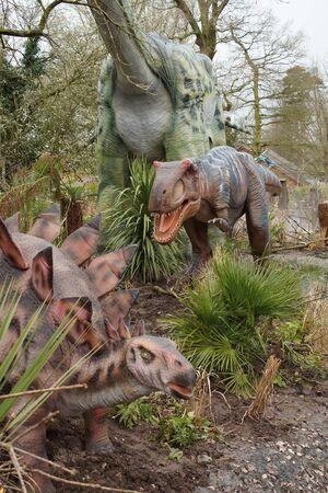 stegosaurus: Dinosaurios - Un Allosaurus carn�voro caza de un Stegosaurus