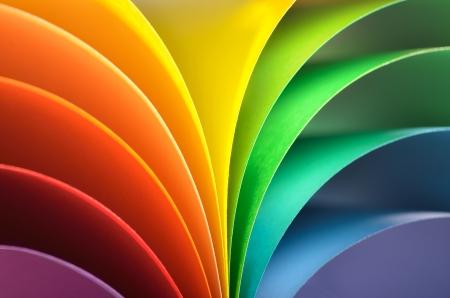 色画用紙で抽象的な虹の背景