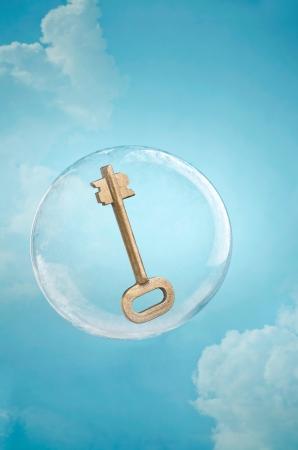 Sicurezza del cloud. Chiave galleggianti in una bolla di sapone in un cielo nuvoloso