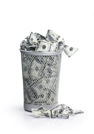 trash basket: El dinero en el bote de basura con trazado de recorte