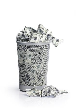 Il denaro nel bidone della spazzatura con il tracciato di ritaglio