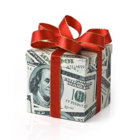 Een geschenkdoos bedekt met Amerikaans geld met rood gekleurd lint Stockfoto