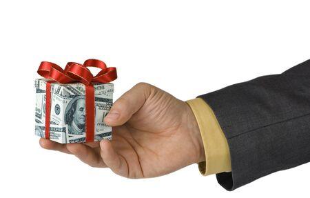 L'uomo che offre un regalo costoso, avvolto in dollari bollette