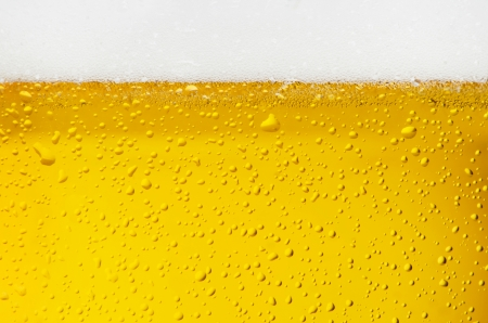 Gouttelettes sur la bière fraîchement coulé Banque d'images - 20902606