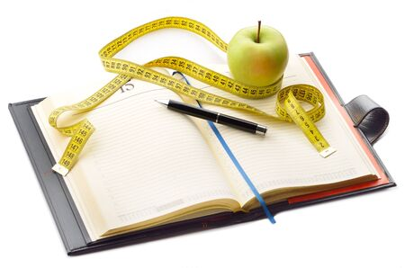 Taccuino e penna con la mela e nastro adesivo di misurazione per la scrittura delle note dieta Archivio Fotografico