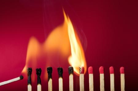 Masterizzazione di impostazione partita fuoco ai suoi vicini, una metafora di idee e ispirazione