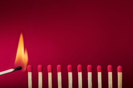 Burning match impostazione fuoco ai suoi vicini, metafora di idee e ispirazione