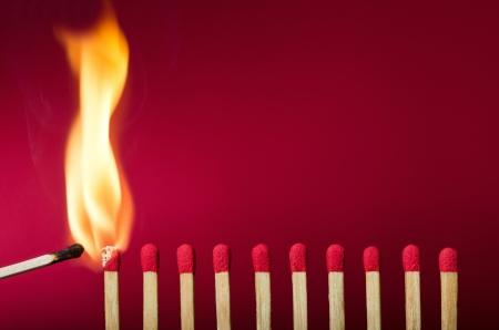Brandende lucifer in brand zijn buren, een metafoor voor ideeën en inspiratie