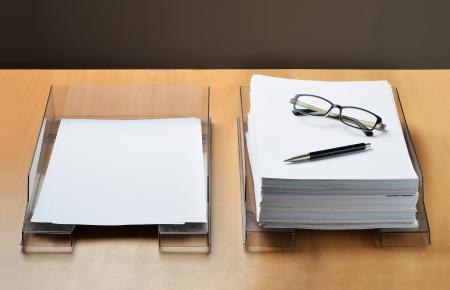 adentro y afuera: Dos bandejas de papel, una vacía para el trabajo ya realizado y uno completo para el trabajo por hacer