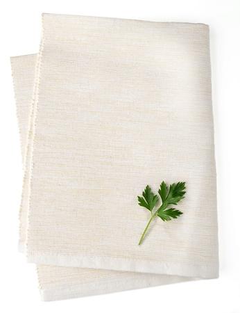 Wit servet op een witte achtergrond met blad peterselie Stockfoto