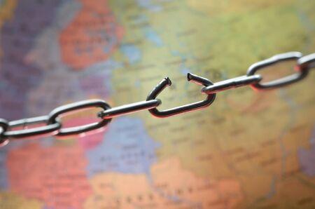 cadena rota: Eslab�n de la cadena rota por encima del mapa del mundo
