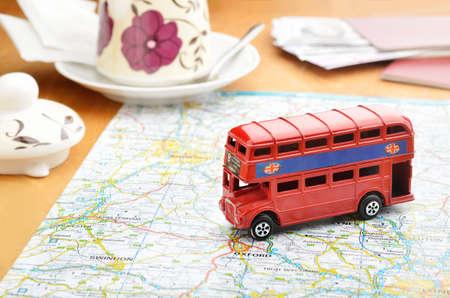 bus anglais: Londres, consultez sc�ne avec la carte du voyage et une tasse de th� Banque d'images