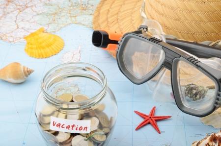 Vaso dei soldi su una mappa concettuale per costi di vacanza e risparmi