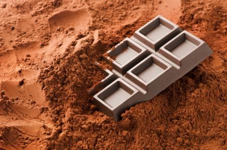 Barretta di cioccolato con cacao in polvere Archivio Fotografico