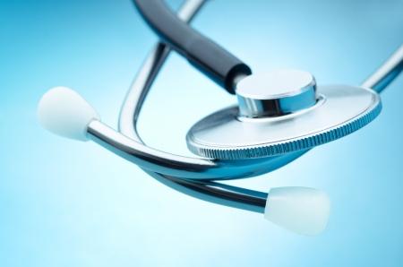 medical instruments: Chi tiết ống nghe trên nền màu xanh