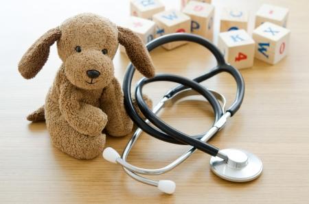 Pediatria cucciolo giocattolo con le apparecchiature mediche