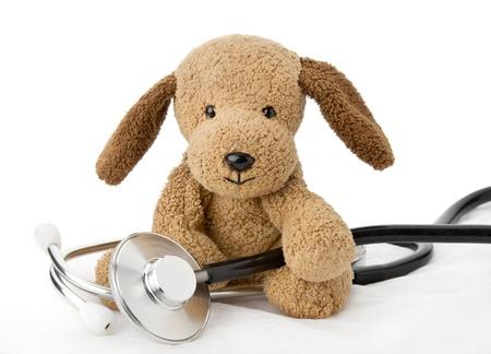 pediatra: Juguete del perrito Pediatr�a con el equipo m�dico Foto de archivo