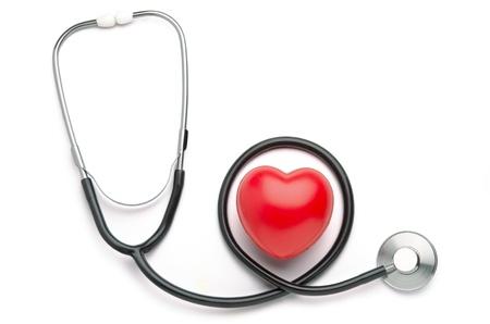 Cuore rosso e stetoscopio isolato su sfondo bianco