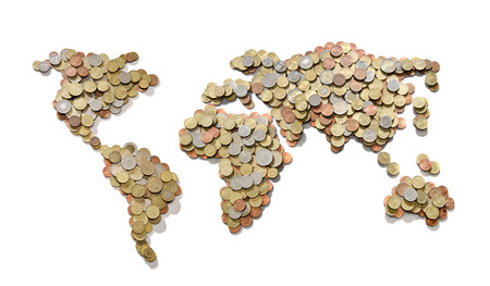 Global geld kaart. Wereldkaart gemaakt van geld munten op een witte achtergrond Stockfoto