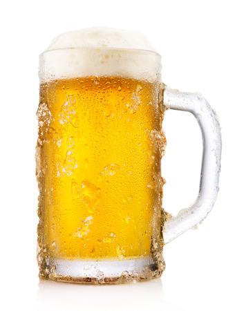 vasos de cerveza: Taza escarchada de cerveza aisladas sobre fondo blanco Foto de archivo