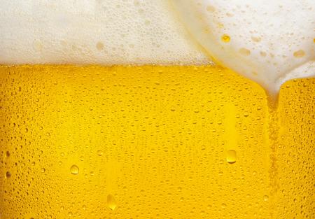 Gotitas en la cerveza recién vertida