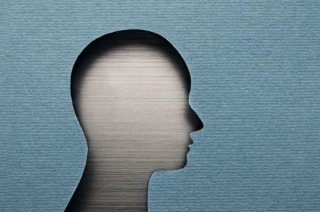 cardboard cutout: Umano ritaglio testa di cartone con copia spazio
