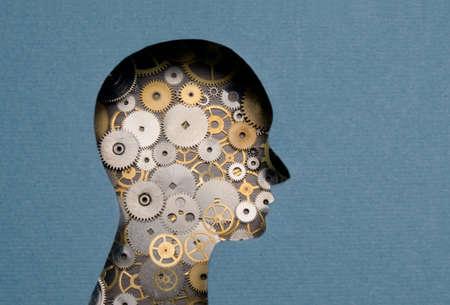 Denken Mechanism. Menselijk hoofd met versnellingen binnen