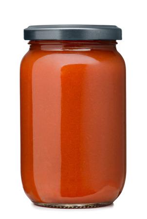 Salsa de tomate tarro en el fondo blanco