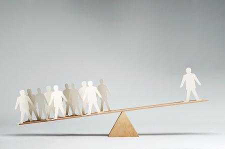Mannen evenwichtig op wip over een enkele man Stockfoto