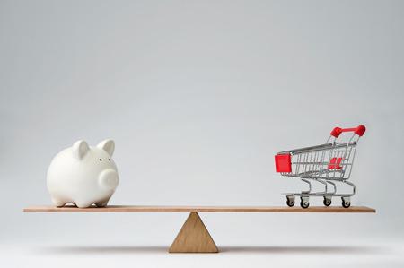 balanza en equilibrio: Compras equilibrio banco carro y guarra en un sube y baja Foto de archivo
