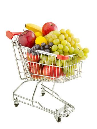 carro supermercado: Carrito de la compra lleno de frutas frescas aisladas sobre un fondo blanco