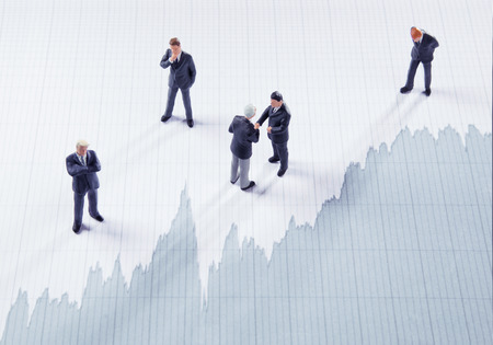 Uomini d'affari che giocano il mercato azionario