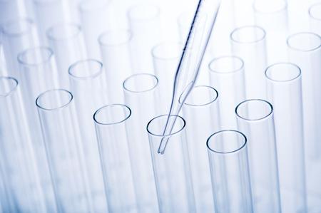 pipeta: La investigación científica. Pipeta de laboratorio utilizado para transferir una pequeña cantidad de líquido a un tubo de ensayo Foto de archivo