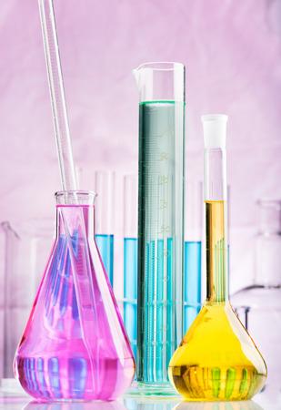 probeta: Vista de laboratorio con tubos de ensayo y vaso de precipitados