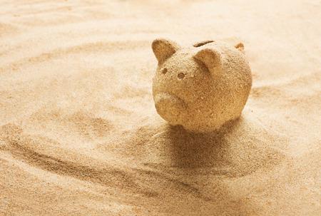 castillos: Hucha esculpido en arena en la playa de arena