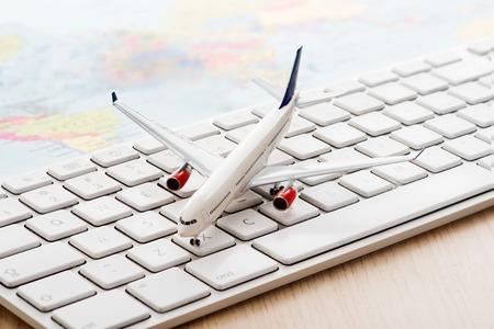 コンピューターのキーボードで模型飛行機