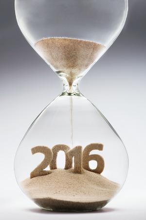 invitation card: A�o Nuevo 2016 concepto con reloj de arena que cae la arena tomando la forma de un 2016