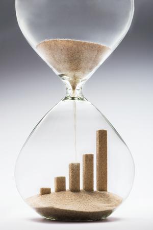 砂時計、砂の落下から作られたビジネス成長グラフィック バー